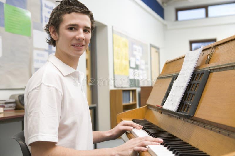 选件类扮演男小学生的音乐钢琴 免版税库存图片