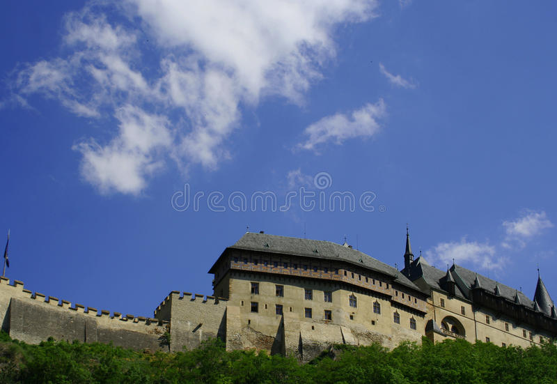 选址知名的城堡Carlstein看法在捷克共和国的 免版税库存图片