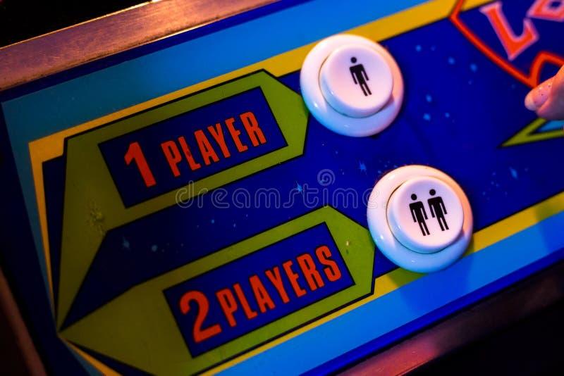 选择一个球员或两个球员按钮 一个老拱廊电子游戏的细节 库存图片