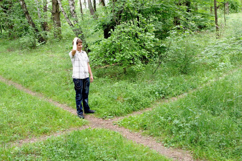 选择交叉路森林路径少年 免版税库存照片