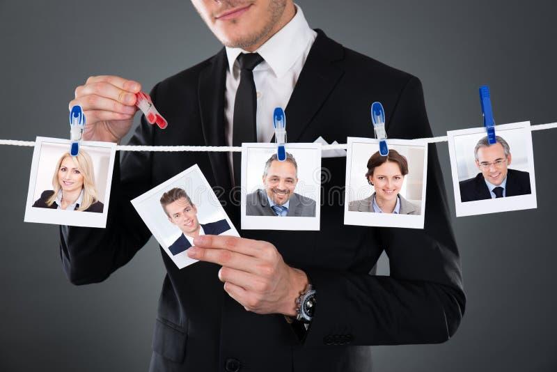 选择候选人的商人从晒衣绳 免版税库存图片