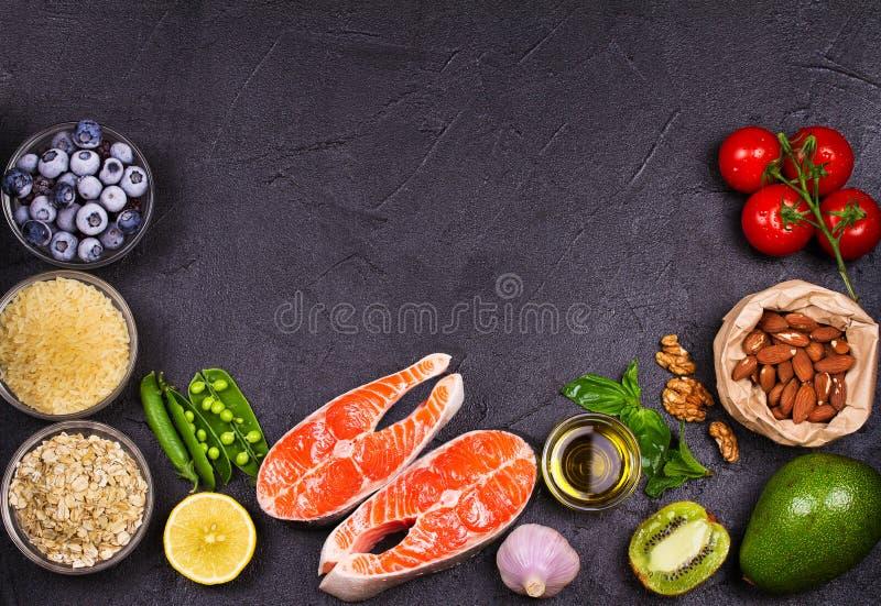 选择健康和好心脏食物的 与三文鱼、新鲜蔬菜、果子和成份的健康食物概念cooki的 免版税库存图片