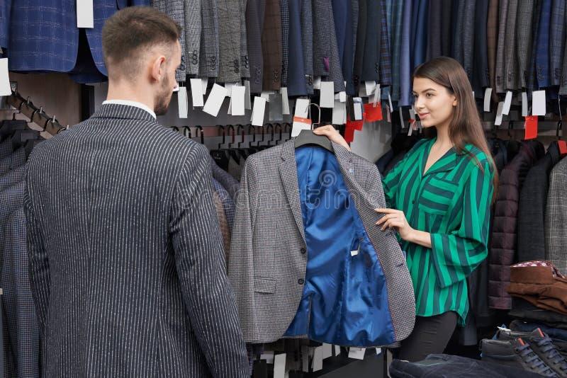 选择和显示客户的商店顾问夹克 库存照片