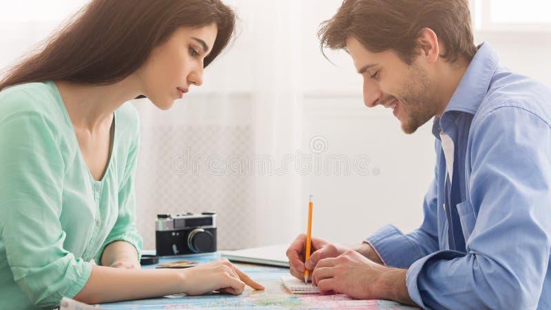 选择国家的年轻夫妇为假期,计划的旅行 免版税库存照片