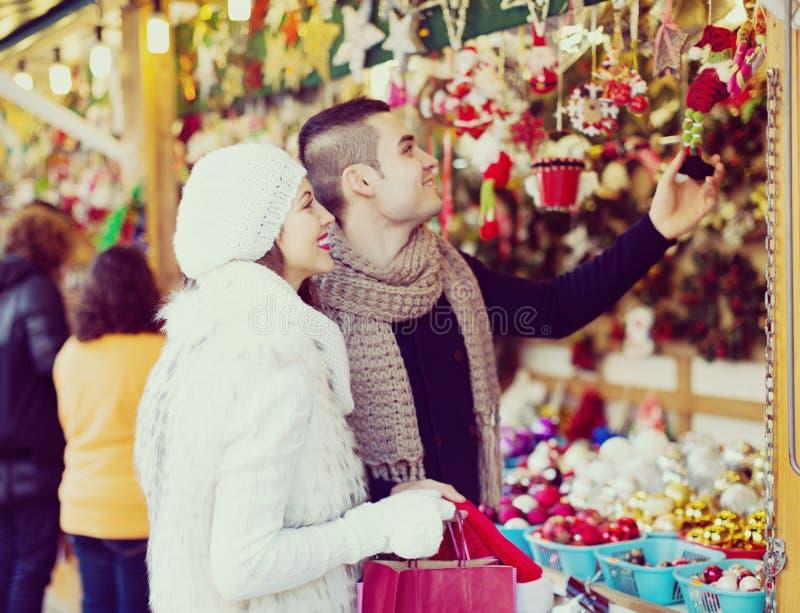 选择圣诞节装饰的夫妇 免版税库存照片