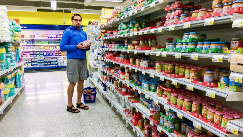 选择在一个suomi超级市场S市场的年轻芬兰人婴儿食品,在坦佩雷 库存图片