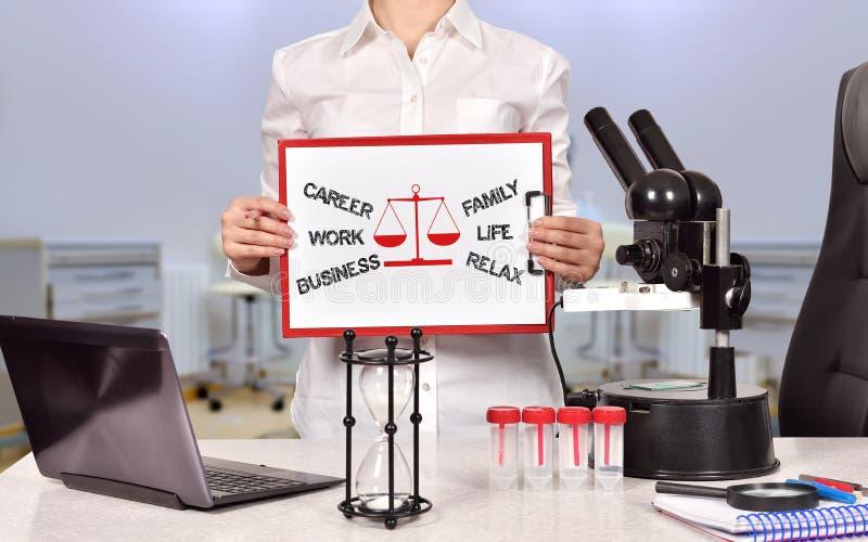 选择在事业和家庭之间 免版税库存照片