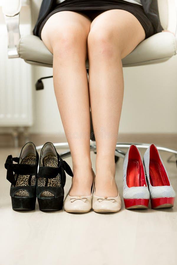 选择在和性感的鞋子之间的女实业家 免版税库存图片
