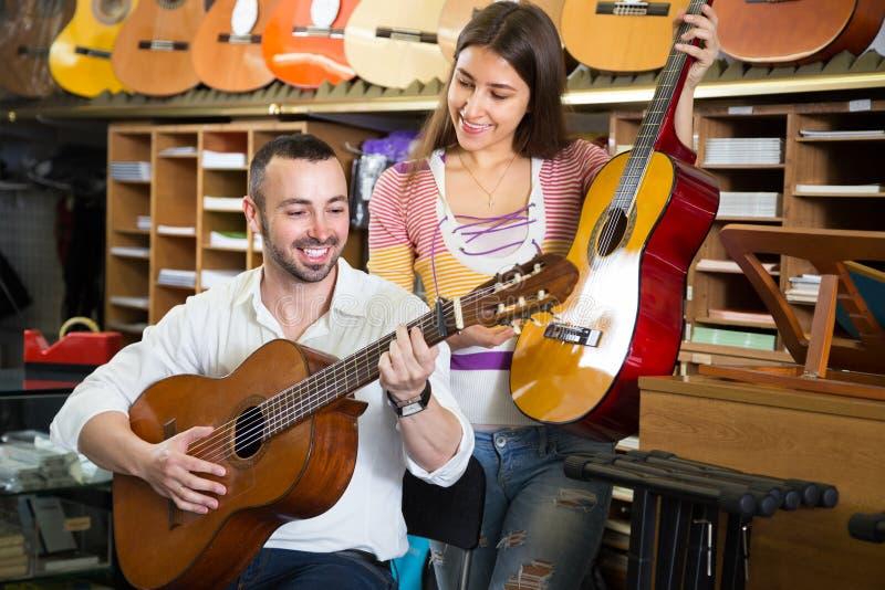 选择声学吉他的夫妇 图库摄影