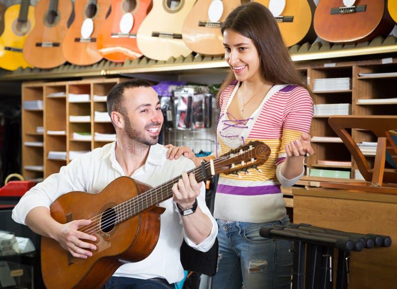 选择声学吉他的夫妇 库存图片