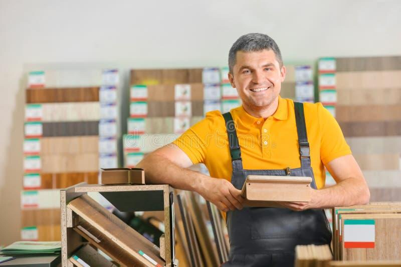 选择层压制品的样品的木匠 免版税图库摄影