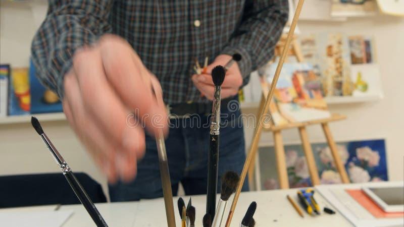 选择工作的男性画家不同的刷子 库存照片