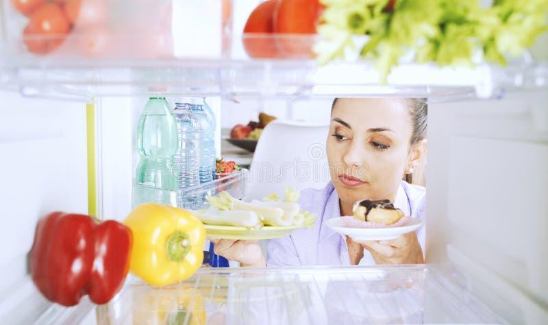 选择怎样的未定的妇女吃 库存照片