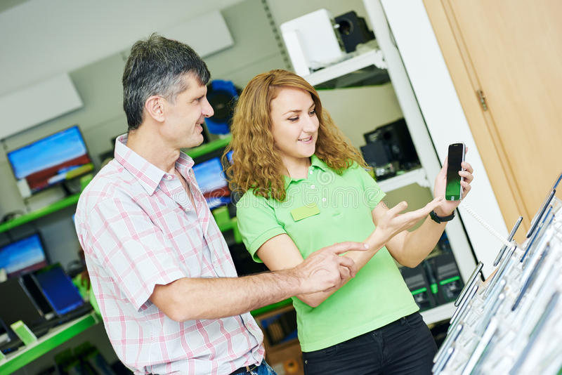 选择手机的卖主辅助妇女帮助采购员 库存照片