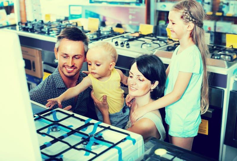 选择新的气体火炉的家庭 库存图片