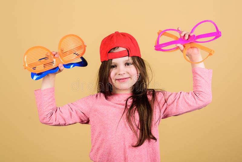 选择时髦镜片完善对她的样式 选择花梢镜片的凉快的女招待 时髦的小孩与 库存照片