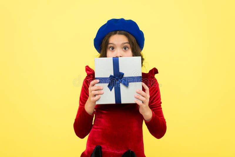选择最佳的礼物的片刻 r 所有的Gifting解答 孩子爱生日礼物 感到感恩 库存图片