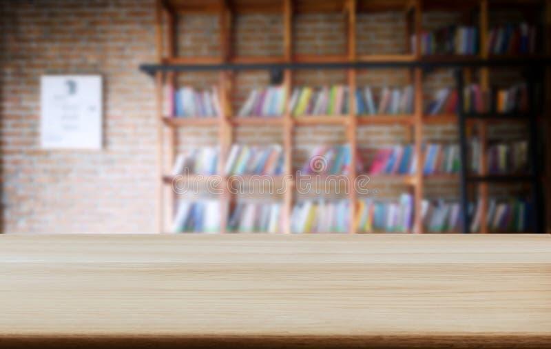 选择的焦点空的老木桌和图书馆或者书店 免版税库存图片