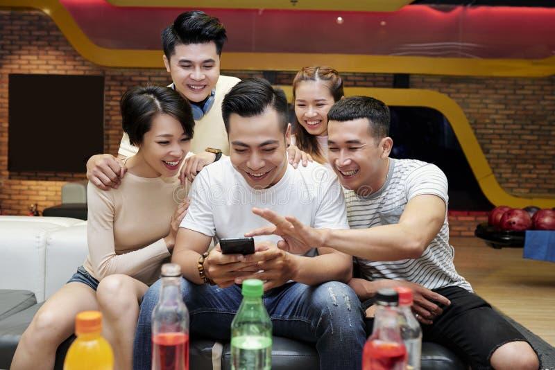 选择社会媒介的朋友照片 免版税库存照片