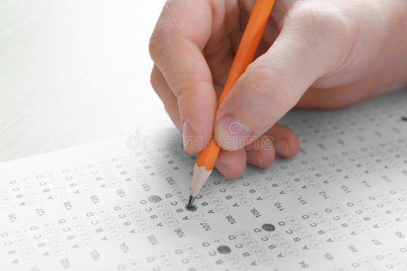 选择答复以测试形式的学生通过检查 免版税库存照片
