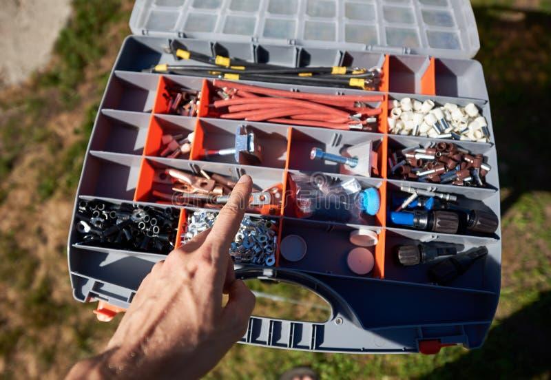 选择细节的工作者的手照片从大箱子 库存图片