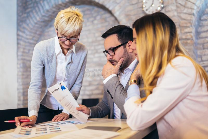 选择聘用的买卖人候选人画象照片在工作 免版税库存图片