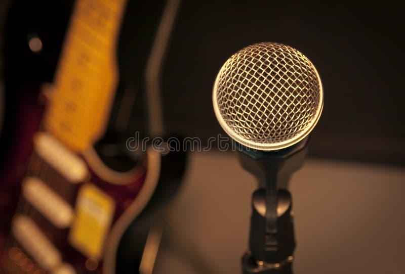 选择聚焦话筒和迷离电吉他背景a 免版税图库摄影