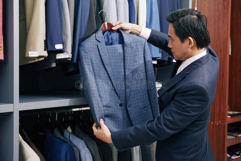 选择衣服的人在商店 免版税库存图片