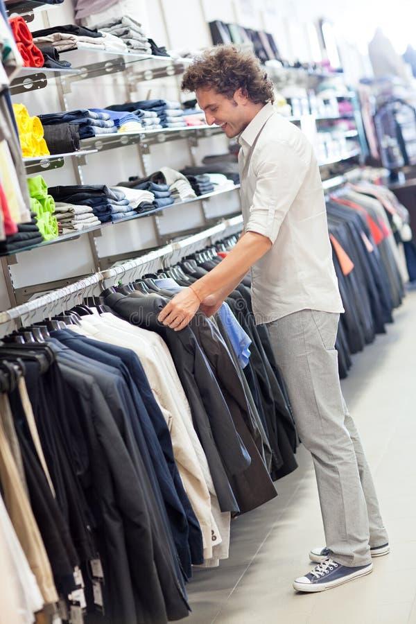 选择衣服 免版税库存照片