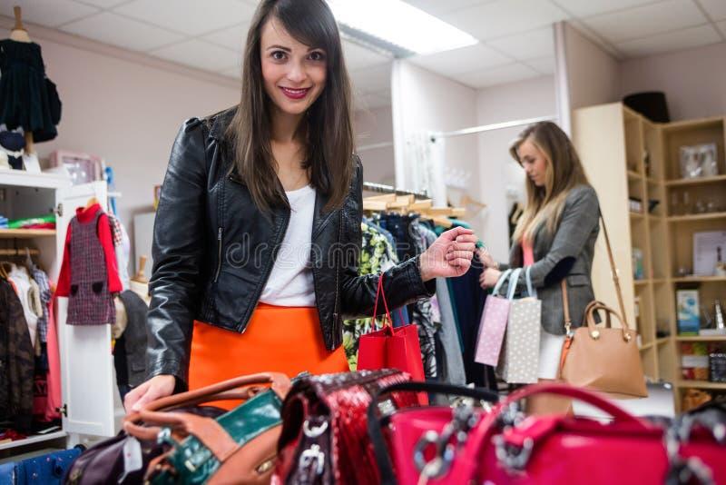 选择袋子和衣裳的妇女,当购物时 库存图片