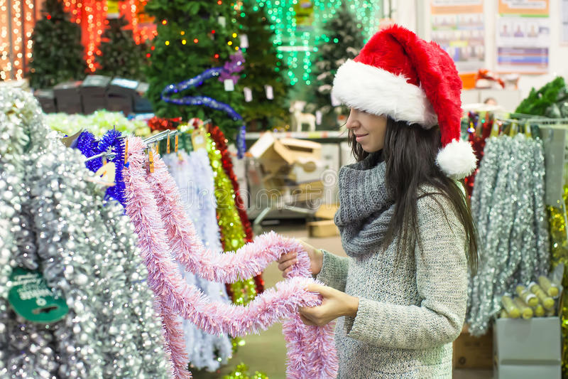 选择装饰的圣诞老人帽子的少妇  库存照片