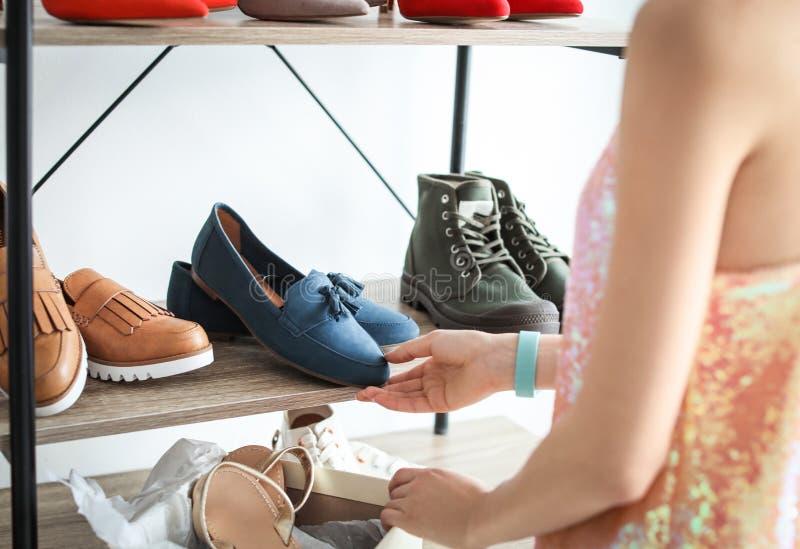 选择鞋子妇女年轻人 免版税库存图片