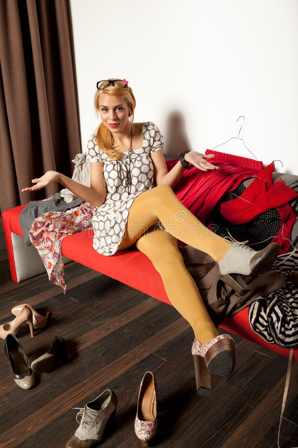 选择鞋子的妇女 免版税库存照片