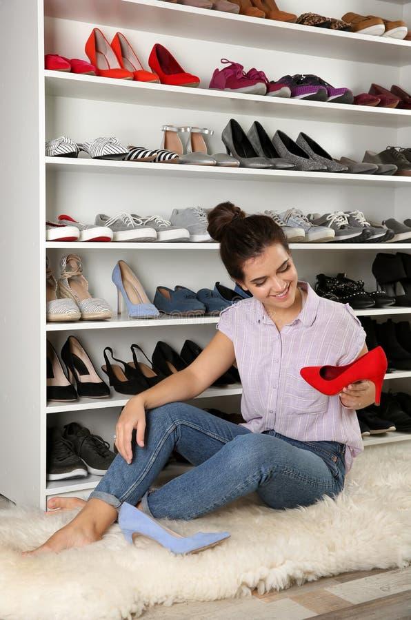 选择鞋子的年轻女人在化装室 设计的想法 免版税图库摄影