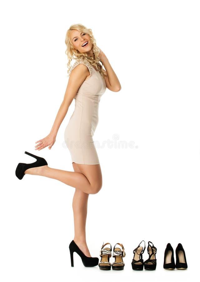 选择鞋子的时髦的妇女 免版税库存照片