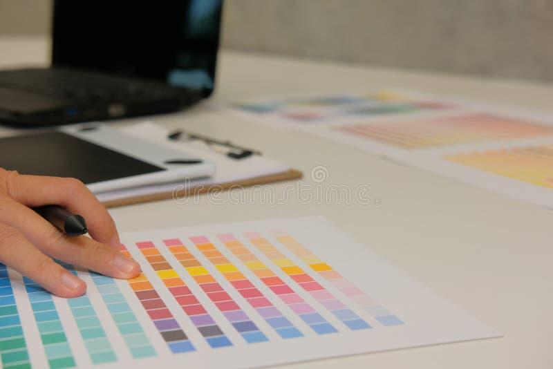 选择颜色的图表室内设计师从样片样品cata 免版税图库摄影