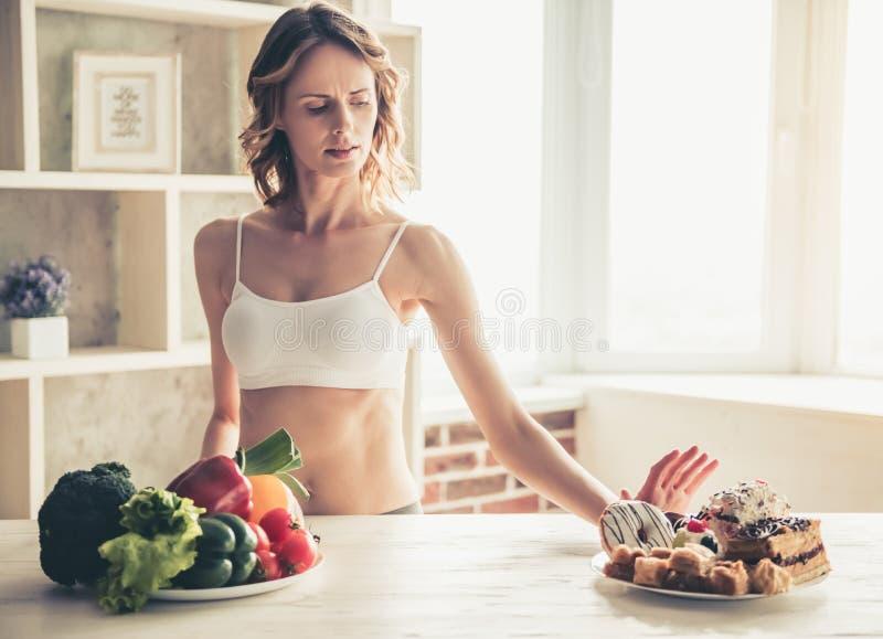 选择食物妇女 免版税库存图片