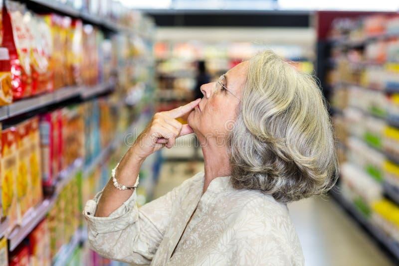 选择食物的资深妇女 免版税库存图片
