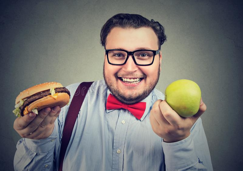 选择饮食的快乐的肥胖人 免版税库存照片