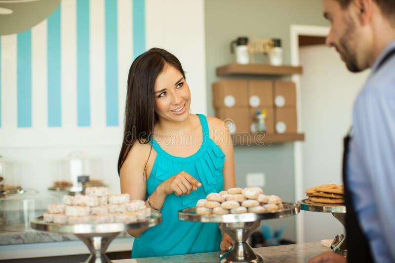 Download 选择什么她要买 库存照片. 图片 包括有 逗人喜爱, 曲奇饼, 员工, 复制, 女性, 有吸引力的, 蛋糕 - 59110006