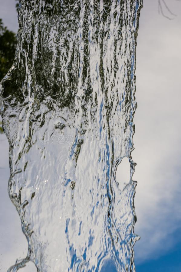 透明下跌的水垂直的流程,关闭  库存图片