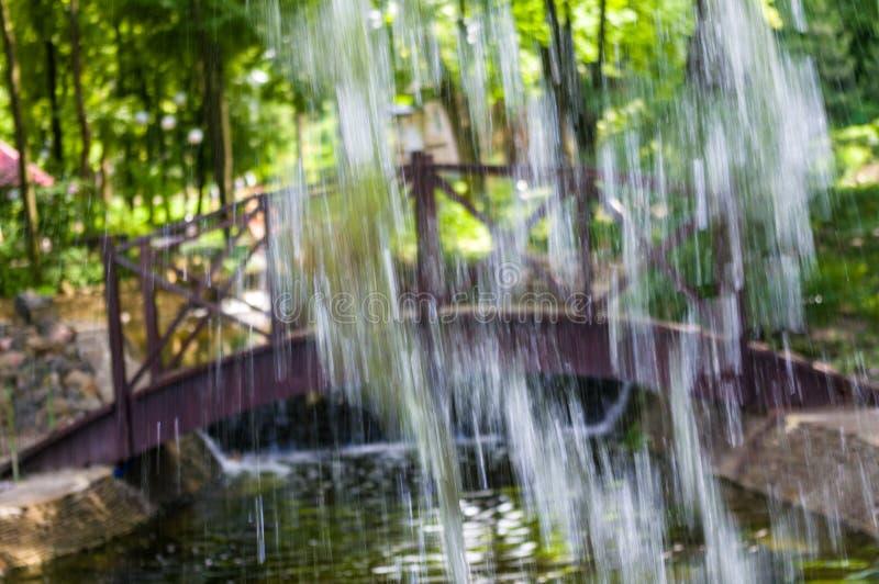 透明下跌的水垂直的流程,关闭  免版税库存图片