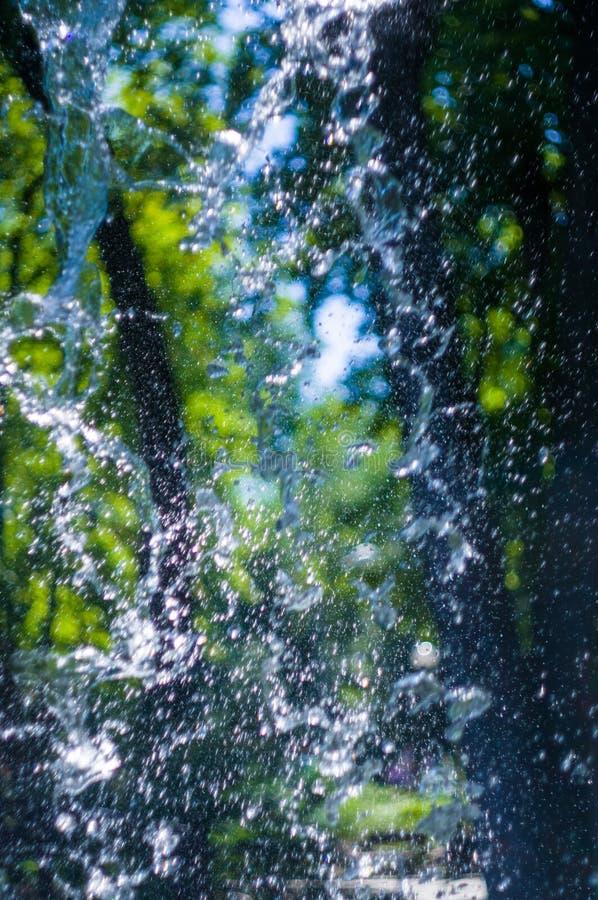 透明下跌的水垂直的流程,关闭  免版税库存照片