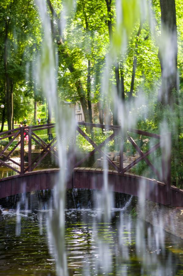 透明下跌的水垂直的流程,关闭  图库摄影