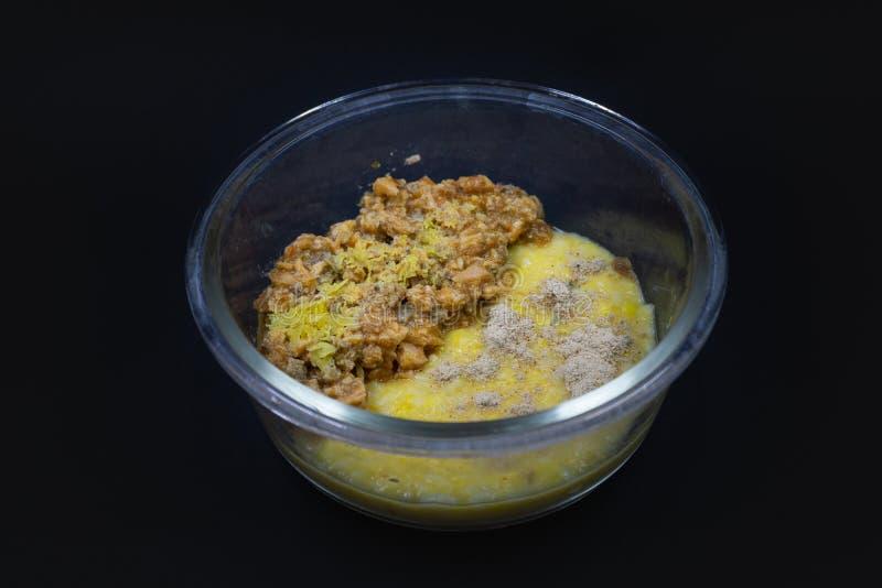 透明玻璃碗用健康婴儿食品,隔绝在黑背景 免版税图库摄影