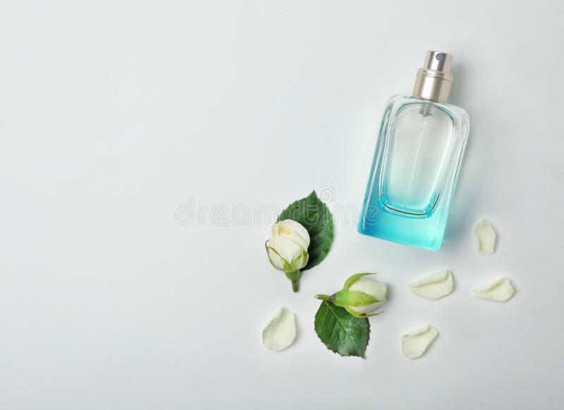 透明瓶与美丽的玫瑰的香水 库存照片