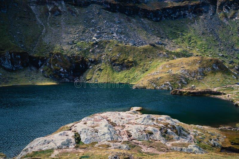 透明的天蓝色的水 冒险野营的旅游业和帐篷 在水附近的风景室外在Lacul Balea湖,Transfagarasan, 图库摄影