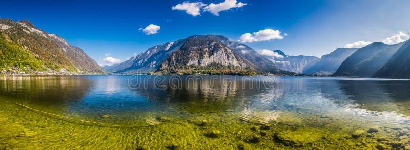 透明的山湖在阿尔卑斯, Hallstatt 免版税库存照片