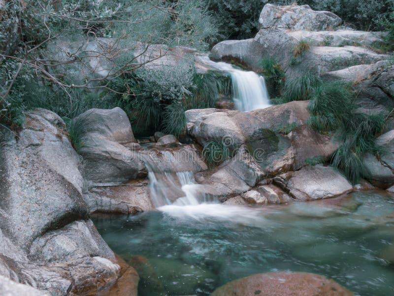 透明的水瀑布在山河 冬天场面 免版税库存照片