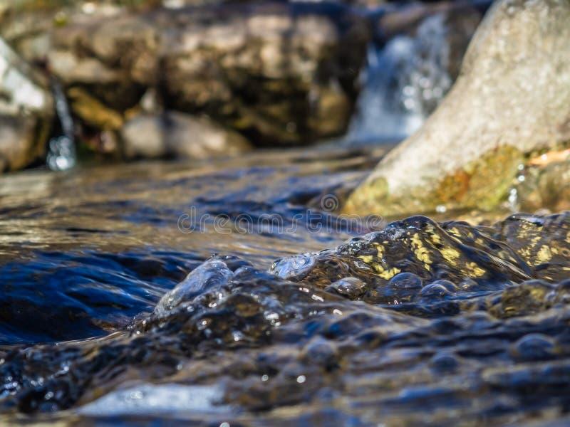 透明的水,小山小河 免版税库存图片